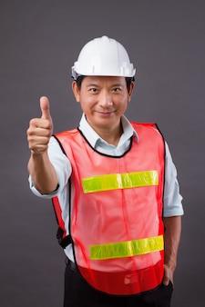 Duim omhoog van zelfverzekerde, professionele aziatische mannelijke ingenieur, civiele bouw, bouwer, architect, arbeider
