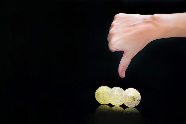 Duim omlaag handteken. bitcoins. bitcoins en nieuw virtueel geldconcept. bitcoin is een nieuwe valuta.