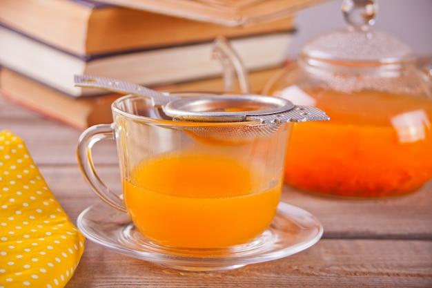 Duindoorn thee in een glazen beker. kruiden vitaminethee.