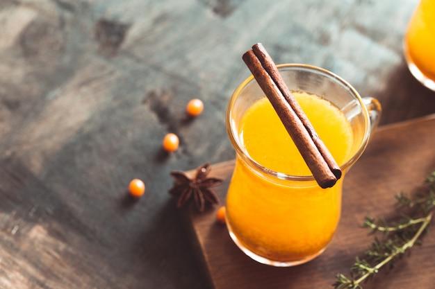 Duindoorndrank in de herfst of winter. duindoorn thee