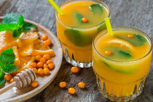 Duindoornlimonade met sinaasappelen en munt.