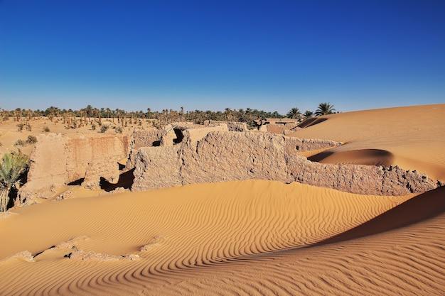 Duinen in de verlaten stad timimun in de sahara-woestijn van algerije