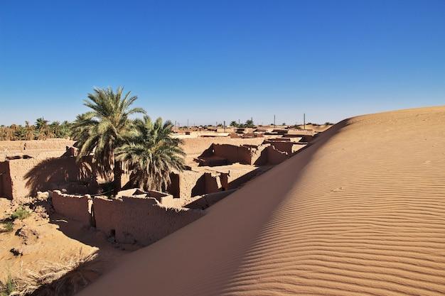Duinen in timimun verlaten stad in de woestijn van de sahara, algerije