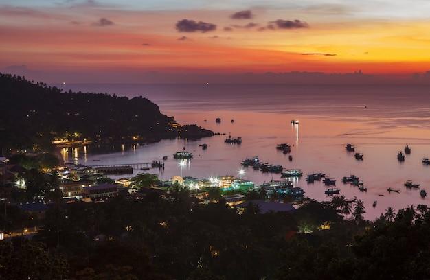 Duistere lucht boven de haven van het eiland koh tao, zuid-thailand
