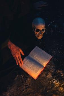 Duisternis van de nacht met schedel hoog uitzicht
