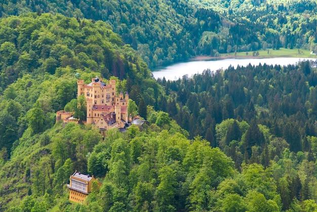 Duits kasteel in het bos, duitsland