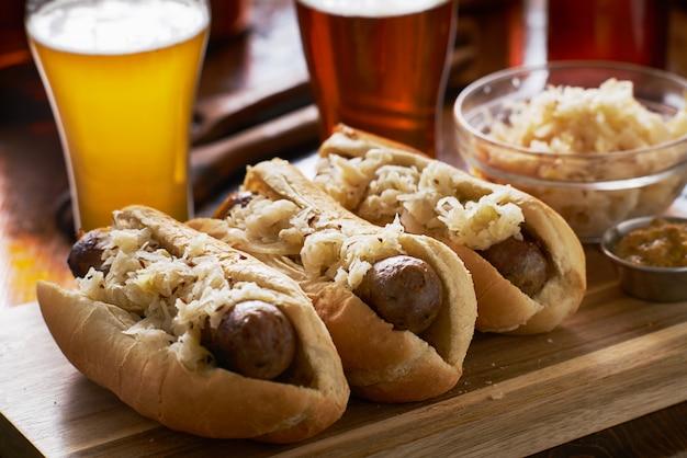 Duitse braadworsten en zuurkool met bier