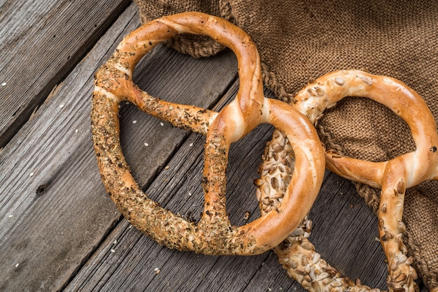 Duitse pretzels op houten tafel. knapperig brood van tarwe