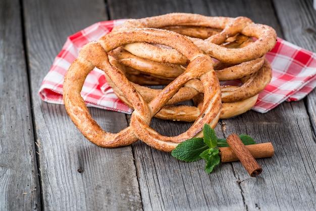 Duitse pretzels op houten tafel