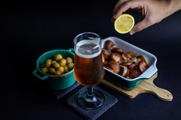 Duitse worstjes met olijven en ambachtelijk bier