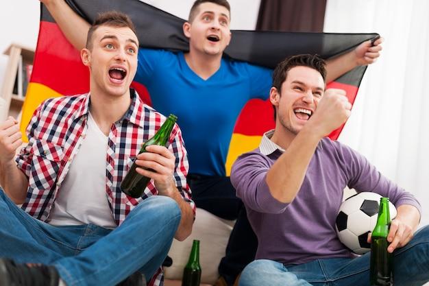Duitsland mannen juichen voetbalwedstrijd