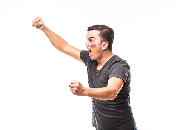 Duitsland scoort. overwinning, gelukkig en doel schreeuwen emoties van duitsland voetbalfan in spelondersteuning van het duitse nationale team op witte achtergrond. voetbalfans concept.