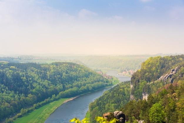 Duitsland, stad aan de elbe, uitzicht vanaf de berg