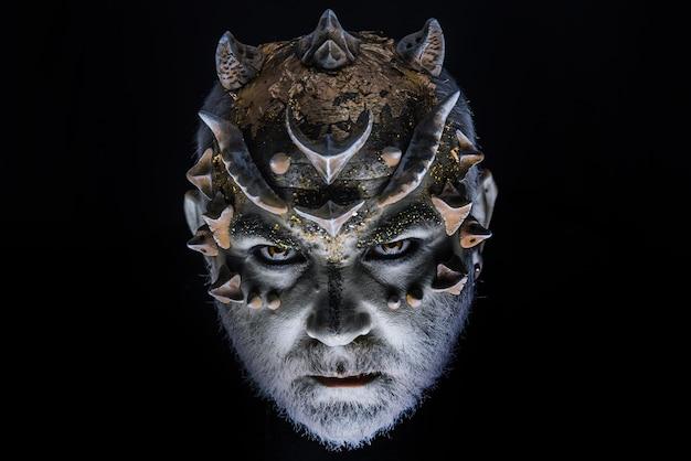 Duivel demon. hoofd met doornen of wratten, gezicht bedekt met glitters