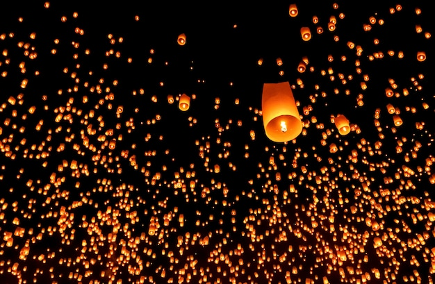 Duizend lantaarn in de hemel op het loy krathong-festival, chiang mai, thailand