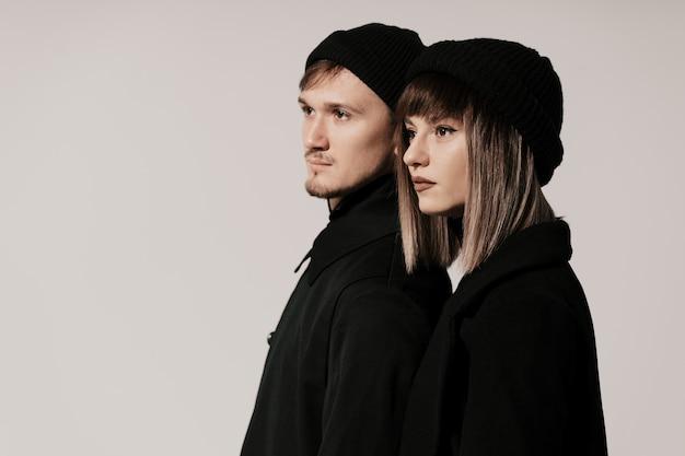 Duizendjarig manierpaar op een wit in studio