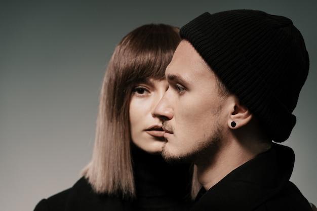 Duizendjarig manierpaar op grijs in studio