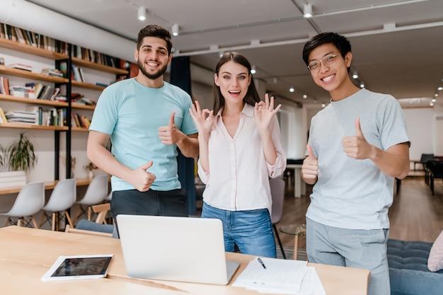 Duizendjarige gelukkige mensen werken op kantoor