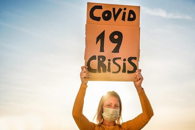 Duizendjarige meisjes protesteren tegen de economische crisis in covid 19