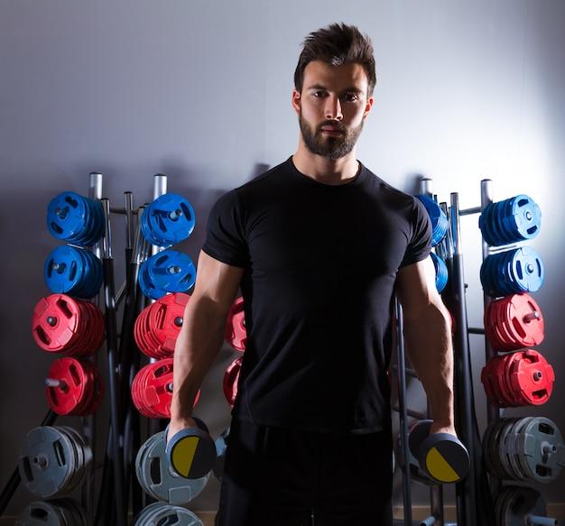 Dumbbell man workout fitness op gymnasium