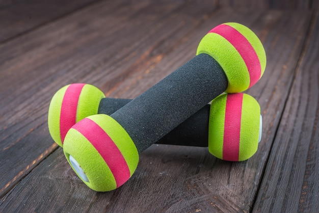 Dumbbell op hout achtergrond