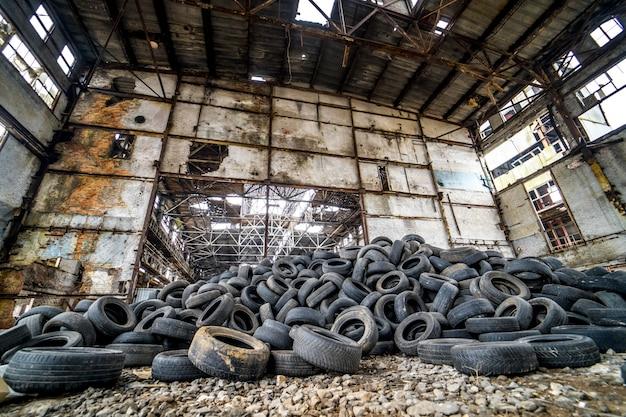 Dumpen met autobanden. hoop van versleten banden op dump