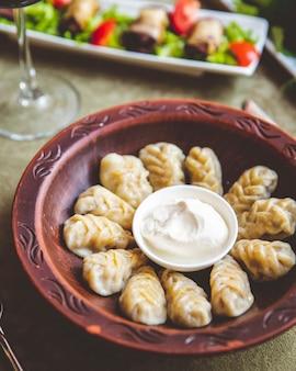 Dumplings geserveerd met zure room