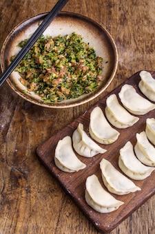 Dumplings gevuld met vlees, ravioli, dumplings. knoedels met vulling. bolingrediënten, chinese keuken