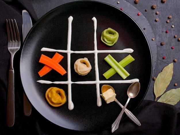 Dumplings, gevuld met vlees, ravioli, pelmeni. dumplings met horizontale vulling boven het hoofd