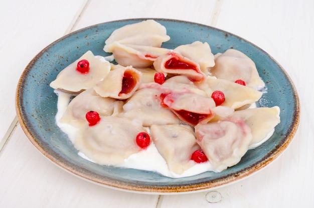 Dumplings met gebak, gevuld met verse bessen