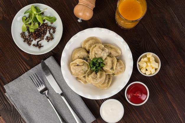 Dumplings met ketchup en zure room. plat leggen
