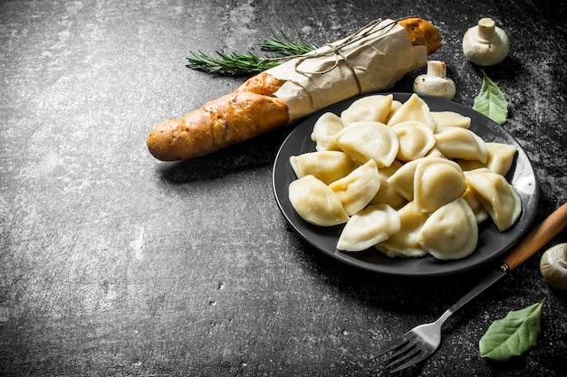 Dumplings met stokbrood en laurierblad. op donker rustiek