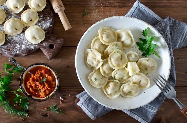 Dumplings met vlees, gekruid met peper en dille
