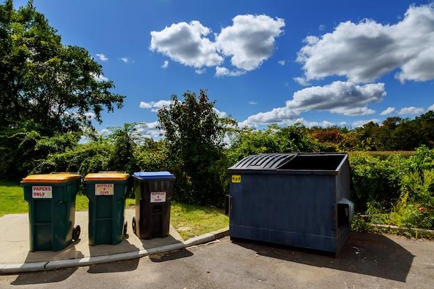 Dumpsters vol zitten met afval