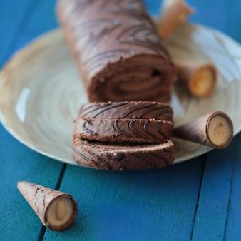Dun gesneden zwitserse chocoladerolcake.