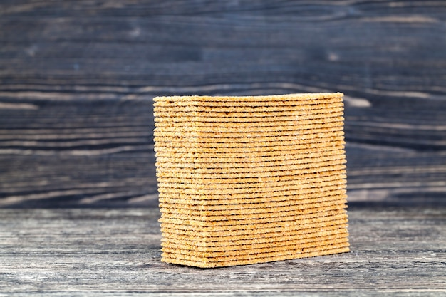 Dun krokant brood op oude zwarte tafel, close-up in de keuken in het dorp