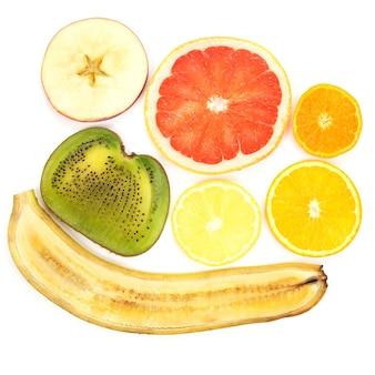 Dun snijden van verschillende vruchten op witte achtergrond. gezond en vitamine eten