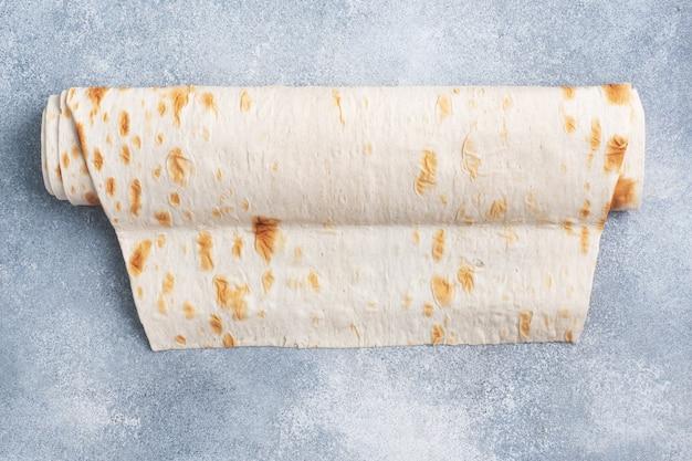 Dunne armeense lavash op een rol. textuur van natuurlijk broodbaksel.
