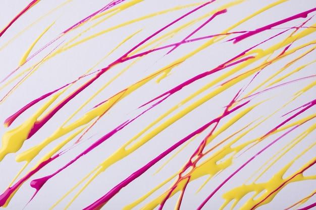 Dunne gele en paarse lijnen en spatten getekend op een witte achtergrond