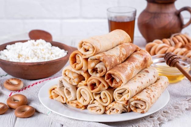 Dunne huisgemaakte pannenkoeken. russische bliny. maslenitsa. rustieke stijl, close-up bekijken
