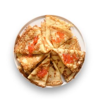 Dunne pannekoeken met rode kaviaar in plaat die op wit wordt geïsoleerd