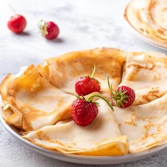Dunne pannenkoeken met verse aardbeien. detailopname