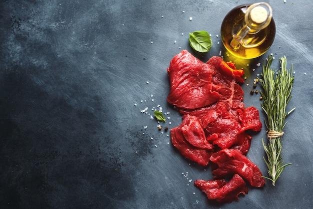 Dunne plakjes rundvlees met ingrediënten om te koken