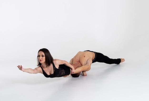 Duo van twee dansers poseren, geïsoleerd op wit.