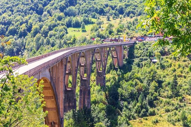 Durdevica brug over de tara rivier, zijaanzicht, montenegro.
