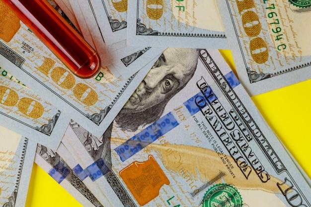 Dure kosten van gezondheidszorg of financiering van medicijnen van honderd dollarbiljetten bloedonderzoekbuizen