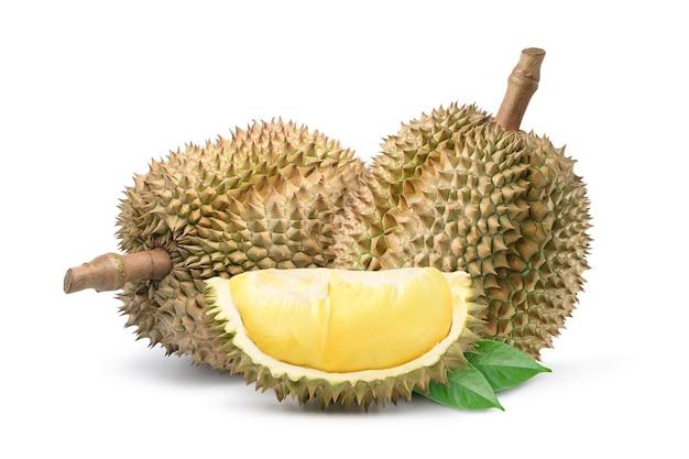Durian fruit met plakjes geïsoleerd op een witte achtergrond.