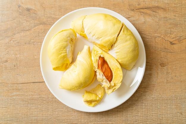 Durian gerijpt en vers, durian schil op witte plaat