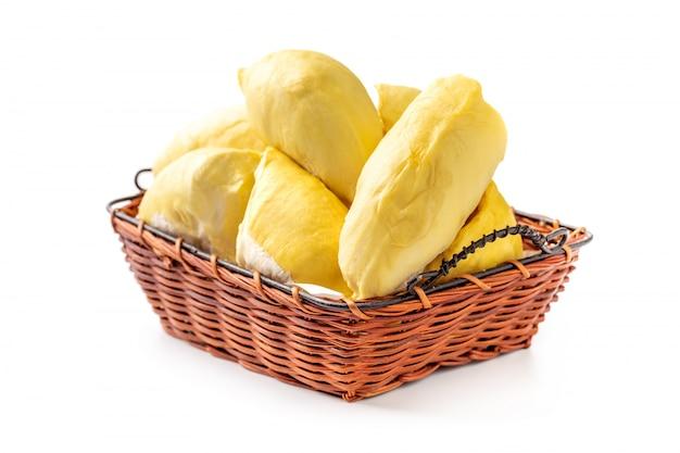 Durian heerlijk thais fruit in mand die op witte achtergrond wordt geïsoleerd