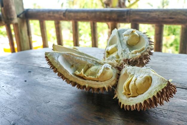 Durian in een cafe langs de weg in het eiland bali, indonesië, horizontale oriëntatie